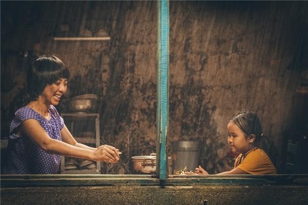 """Kim Thư vai bé Nắng – con của mẹ Mưa, yêu thương mẹ hết mực, đáng yêu, suy nghĩ giống người lớn và là """"trụ cột"""" của gia đình chỉ có 2 mẹ con."""