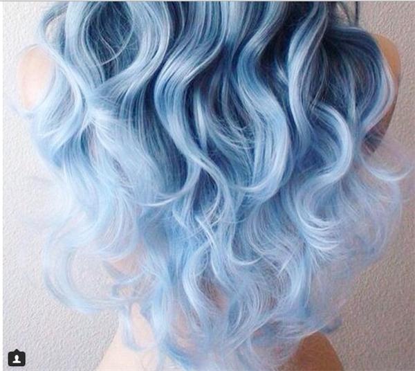 """Chọn một tông màu ưng ý rồi kết hợp với kiểu tóc xoăn như thế nàysẽ khiến bạn trông nữ tính hơn mà vẫn rất """"chất"""". (Ảnh: Internet)"""