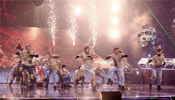 """Những dancer xuất hiện với tạo hình lạ mắt ngay lập tức thu hút sự chú ý của khán giả. """"Ngôn ngữ không gian hoàn hảo"""" - là lời khen ban giám khảo dành cho nhóm Justa Tee. - Tin sao Viet - Tin tuc sao Viet - Scandal sao Viet - Tin tuc cua Sao - Tin cua Sao"""