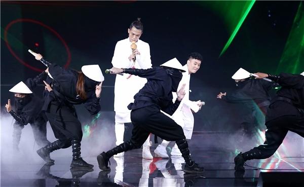 """Phần trình diễn của cặp nam ca sĩ đến từ Hà Nội có phần trợ giúp của những """"ninja Nhật Bản"""". Các vũ công đã thể hiện màn vũ đạo dứt khoát và mạnh mẽ. Big Daddy tiếp tục khoe khả năng thổi sáo điêu luyện. Justa Tee mang phong cách Nhật Bản lên sân khấu. Anh kết hợp đàn tranh sáo nhị Việt tạo nên nét giao thoa văn hóa vô cùng đặc sắc. - Tin sao Viet - Tin tuc sao Viet - Scandal sao Viet - Tin tuc cua Sao - Tin cua Sao"""