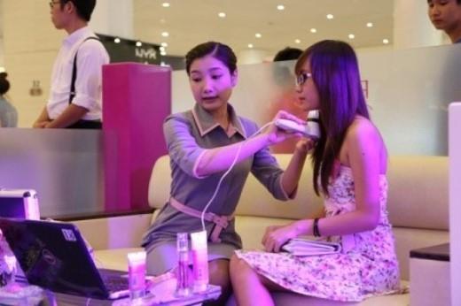 """Các bạn nữ cũng sẽ được chăm sóc sắc đẹp miễn phí trong chương trình """"Pond's - Cám ơn vẻ đẹp Việt"""". (Ảnh: Internet)."""