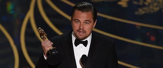 Anh lần lượt cảm ơn từ đoàn phim cho đến hãng phim và những người ơn của mình. (Ảnh: Internet)