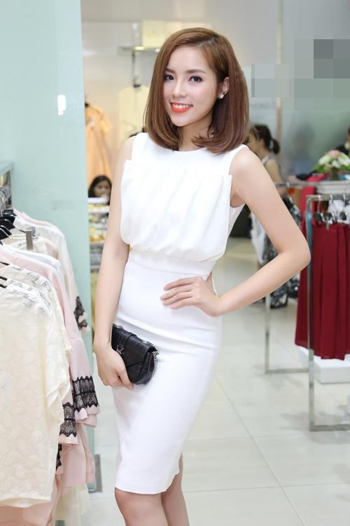 Sắc trắng cũng là lựa chọn của Hoa hậu Kỳ Duyên khi tham dự một sự kiện gần đây. Hoa hậu Việt Nam 2014 khoe đường cong gợi cảm trong dáng váy bodycon ôm sát. Phần thân áo vừa đơn giản nhưng không kém phần ấn tượng bởi chi tiết tạo phồng độc đáo.