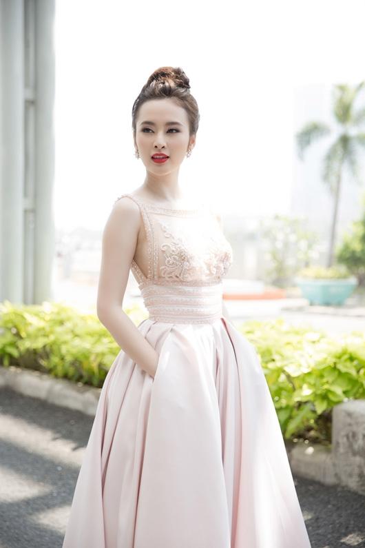 Angela Phương Trinh ngọt ngào với tông hồng nhạt. Thiết kế kết hợp chất liệu xuyên thấu ở phần thân trên cùng dáng váy bồng xòe điệu đà bên dưới.