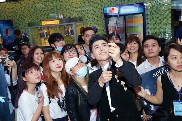 Ai nấy đều rất nhiệt tình selfie cùng người hâm mộ. - Tin sao Viet - Tin tuc sao Viet - Scandal sao Viet - Tin tuc cua Sao - Tin cua Sao