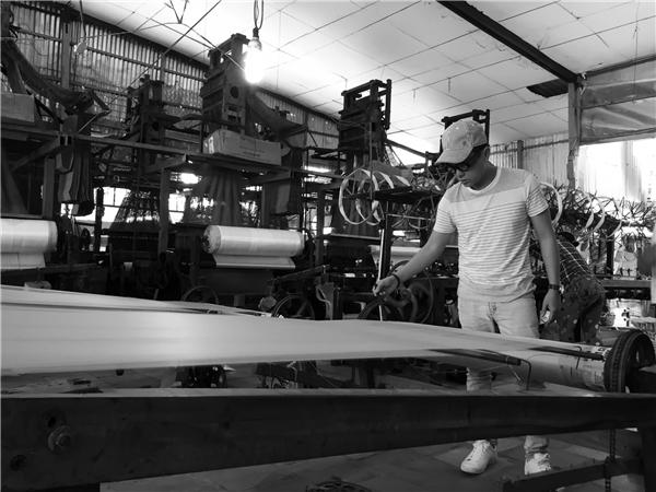 Trong thời gian này, Công Trí và các cộng sự đang tập trung hoàn thiện các mẫu thiết kế cuối cùng để kịp lên đường tham dựTokyo Fashion Week 2016. Nhà thiết kế đã dành nhiều thời gian có mặt tại xưởng dệt lụa Lãnh Mỹ A để kiểm tra và tận tay coi sóc các thành phẩm.