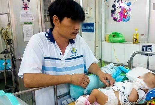 Anh Thành đang chăm sóc con trai ở Bệnh viện Nhi Đồng 1. Ảnh: TTT