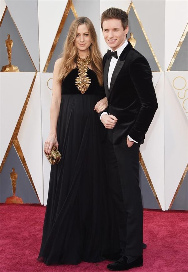 Eddie Redmayne dự lễ trao giải Oscar cùng vợ Hannah. Năm ngoái, anh giành giải Nam diễn viên chính xuất sắc với The theory of everything. Năm nay, Eddie Redmayne tiếp tục được đề cử với vai diễn trong The Danish girl.