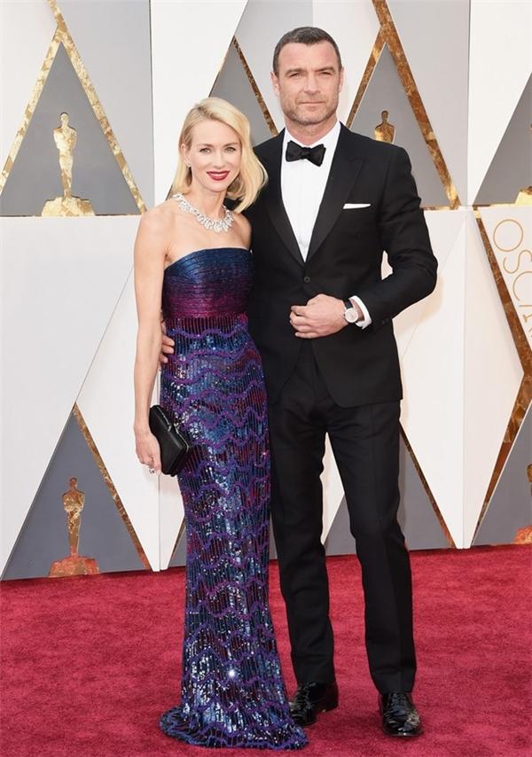 Naomi Watts sang trọng trong bộ trang phục của Armani Prive khi xuất hiện cùng chồng là Liev Schreiber trên thảm đỏ. Năm nay, Liev Schreiber tham gia bộ phim được đề cử Phim xuất sắc là Spotlight.