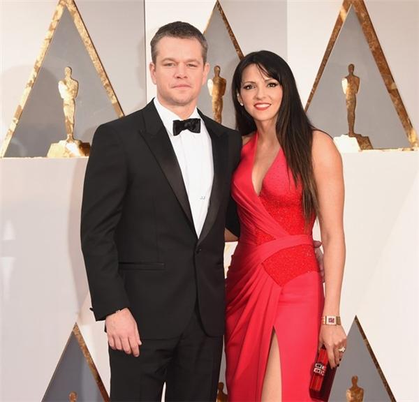 Matt Damon sánh đôi trên thảm đỏ cùng vợ Luciana. Anh được đề cử Nam diễn viên chính xuất sắc cho vai diễn trong phim The Martian.
