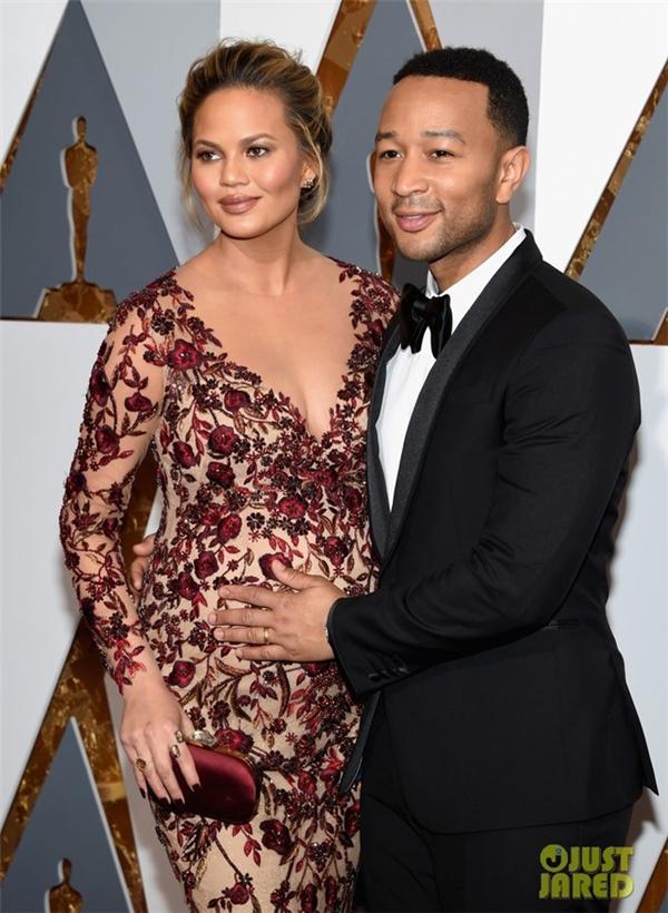 Đang mang bầu ở giai đoạn cuối nhưng người mẫu Chrissy Teigen vẫn rất lộng lẫy và quyến rũ khi sánh đôi cùng chồng là nam ca sĩ John Legend trên thảm đỏ Oscar 88. Năm ngoái, John Legend là một trong những người chiến thắng của Oscar với ca khúc Glory.