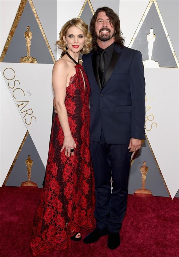 Dave Grohl và vợ Jordyn Blum. Năm nay, Dave Grohl là một trong ba nghệ sĩ được trình diễn trên sân khấu lễ trao giải.