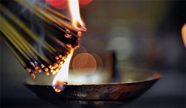 Đốt hương trong nhà vô cùng có hại, nhất là với trẻ nhỏ. (Ảnh: Internet)