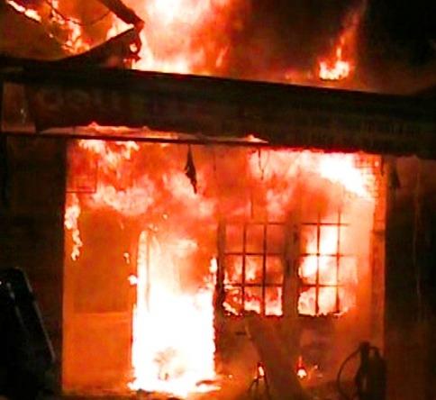Căn nhà bốc cháy giữa đêm khuya. Ảnh minh họa: Internet