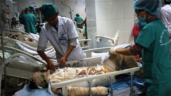 Chị Đanh lúc đang được cấp cứu tại bệnh viện. Ảnh: Internet