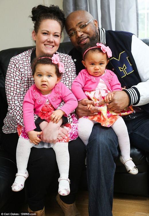 Vợ chồng anh Tafadzwa và hai bé song sinh hiếm nhất nước Anh. (Ảnh: Cerl Oakes)