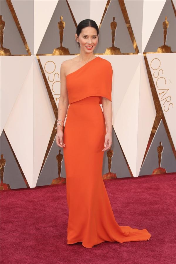 Olivia Munn ngọt ngào, nổi bật với thiết kế đơn giản, sang trọng của Stella McCartney. Bộ váy với sắc đỏ cam càng làm tăng thêm vẻ nổi bật, thu hút cho nữ diễn viên đình đám.