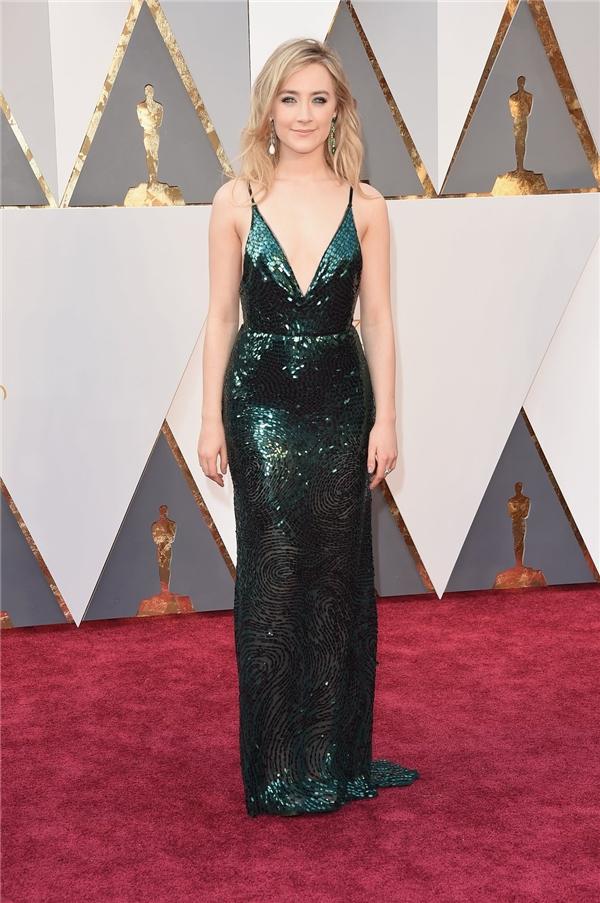 Sắc xanh cổ vịt kết hợp chất liệu ánh kim tôn lên nước da trắng hồng quyến rũ của Saoirse Ronan. Thiết kế đơn giản, ôm sát cơ thể giúp nữ diễn viên phô diễn trọn vẹn vẻ đẹp hình thể.