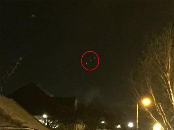 Vật thể phát sáng kì lạ lơ lửng trên bầu trời ở Colliers Rowe. (Ảnh: Mirror)