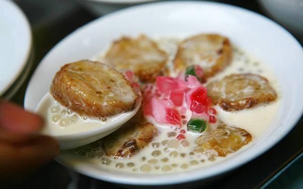 Chè chuối nướng nổi tiếng trên phố Nguyễn Bỉnh Khiêm có giá 15.000 đồng/bát, không chỉ thơm ngon mà còn được bày trí vô cùng mãn nhãn. (Ảnh: Internet)