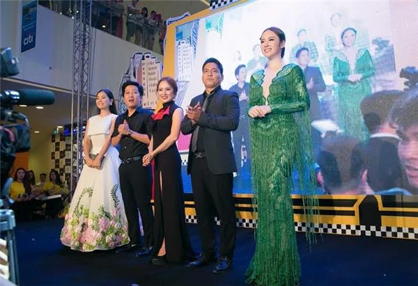 Diện bộ trang phục tua rua xuyên thấu, xẻ ngực sâu của nhà thiết kế Lê Thanh Hòa, Angela Phương Trinh trở nên nổi bật với nụ cười rạng rỡ, thu hút ánh nhìn của người hâm mộ và hàng chục ống kính của giới truyền thông.