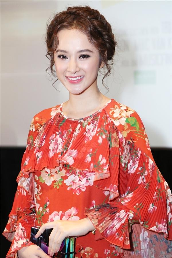 Angela Phương Trinh đẹp tựa thiên thần trong bộ váy hoa đỏ rực tại buổi họp báo ra mắt Taxi, em tên gì?.