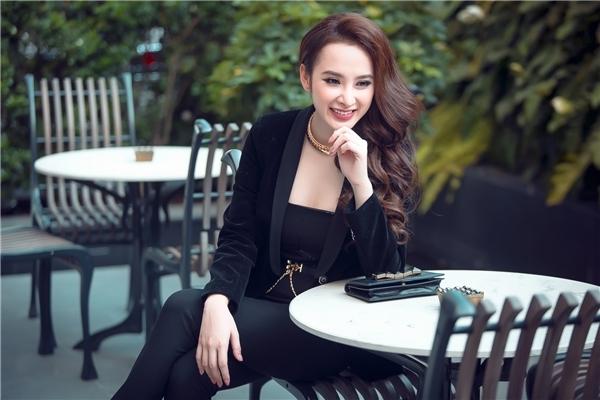 Angela Phương Trinh cực mạnh mẽ nhưng vẫn không kém phần quyến rũ trong trang phục menswear tại cuộc phỏng vấn gần đây nhất.