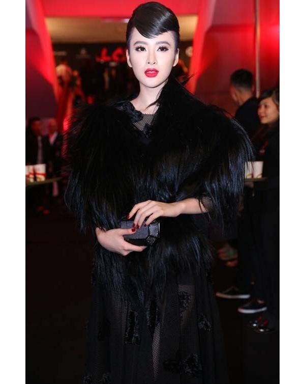 Lấy ý tưởng từ vẻ đẹp huyền thoại của Audrey Hepburn, Angela Phương Trinh mang đến sự thanh lịch, sang trọng của phong cách thời trang cổ điển trên thảm đỏ show diễn Thu - Đông 2015 của nhà thiết kế Đỗ Mạnh Cường.
