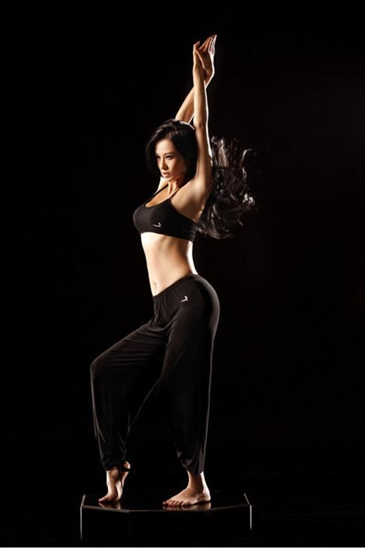 Thân hình chuẩn đến từng milimet nhờ tập yoga. (Ảnh: Internet)