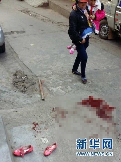 Hiện trường kinh hoàng trước cổng trường. Ảnh: NetEase