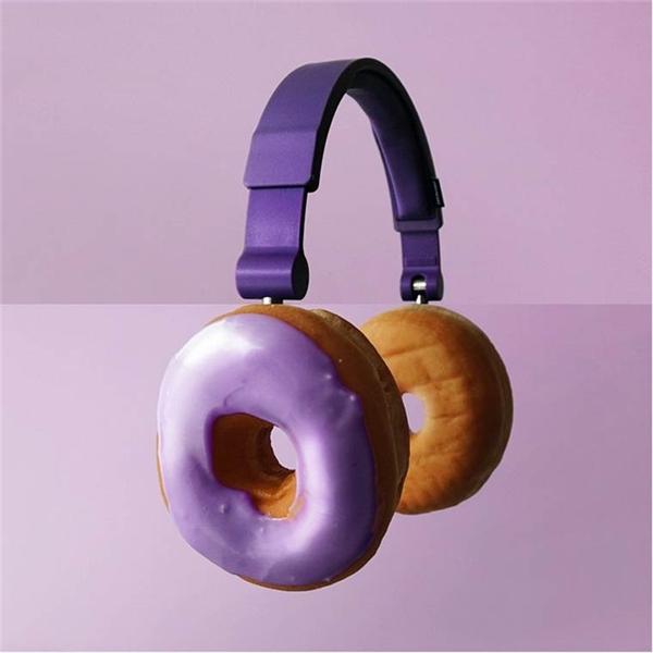 Tai nghe bằng donut tím. (Ảnh: Internet)