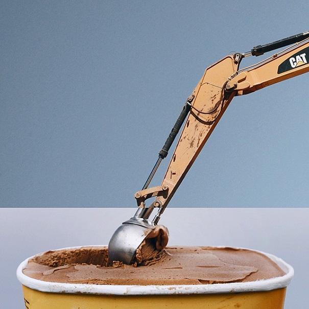 Xe xúc đất và hộp kem được kết hợp tài tình. (Ảnh: Internet)