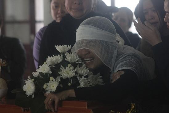 Chị Nguyễn Thị Thi - con dâu ông Tiến, mẹ cháu Gia Hân tiễn đưa người thân ra đi với nỗi đau đớn tột cùng. (Ảnh: Vietnamnet.vn)