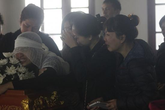Rất nhiều người thân, bạn bè cũng đến chia sẻnỗi đau mất mát cùng gia đình ôngTrần Việt Tiến. (Ảnh: Vietnamnet.vn)