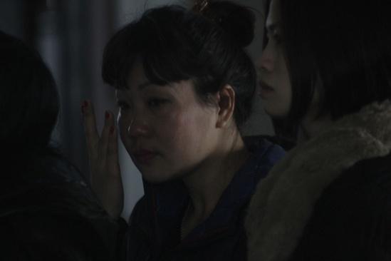 Nhiều vị khách không cầm được nước mắttrong đám tang đầy đau xót của hai ông cháu. (Ảnh: Vietnamnet.vn)