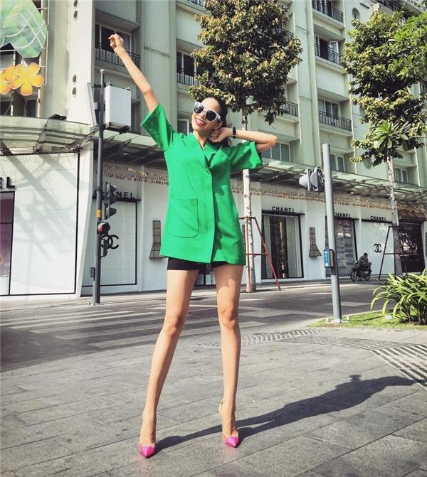 Diện chiếc áo xanh lá đơn giản, Phạm Hương vẫn trở thành tâm điểm của mọi ánh nhìn khi kết hợp cùng giày cao gót màu hồng tươi theo phong cách color block.
