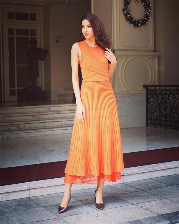 Trang phục của Phạm Hương gần như có đủ 7 màu của cầu vồng. Bộ váy màu cam điệu đà được tạo điểm nhấn bởi những đường gấp vải, xếp li hợp xu hướng.