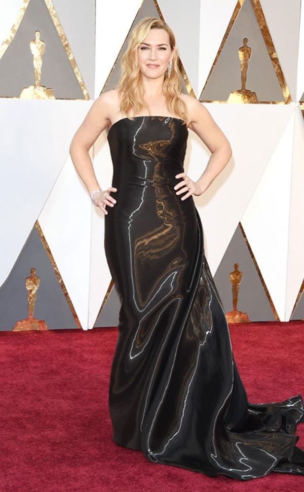 Bộ váy của Kate Winslet khiến cơ thể của cô trông phình to bất thường bởi chất liệu vải bóng. Nhiều người còn cho rằng chất liệu này trông không khác những chiếc túi đựng rác.