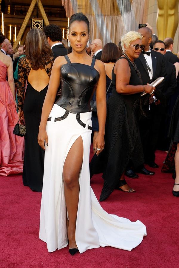 Bộ váy của Kerry Washington kết hợp hài hòa giữa phần áo da cá tính, mạnh mẽ cùng chân váy xẻ tà quyến rũ, gợi cảm. Tuy nhiên, thiết kế không hòa hợp và bị phân thách thành hai phần gần như không liên quan đến nhau.