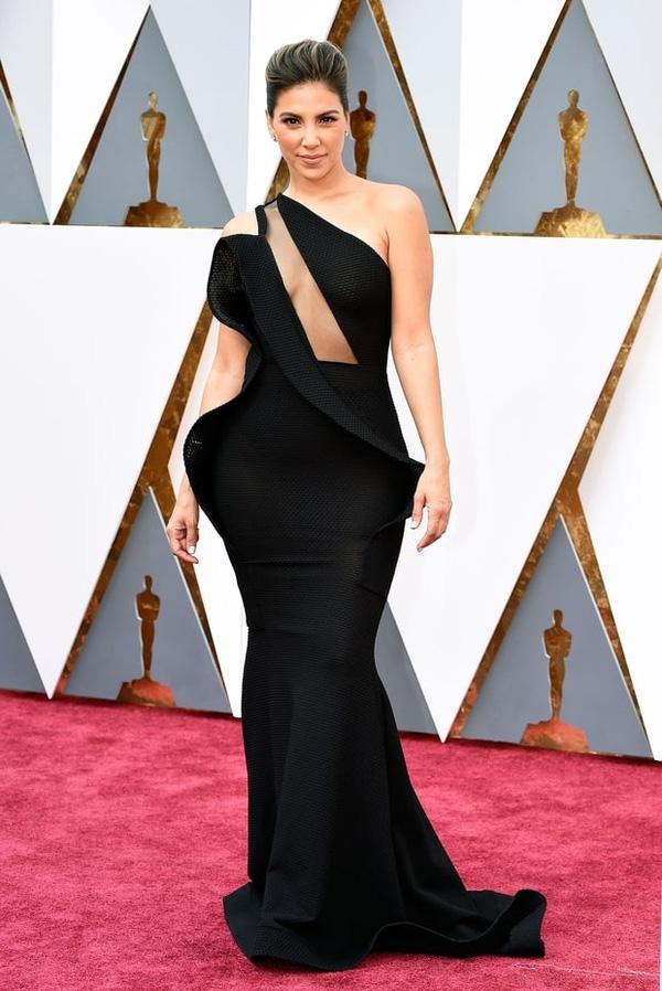 Kĩ thuật dựng phom 3D hiện đại không giúp bộ váy của Liz Hernandez trông ấn tượng hơn mà còn khiến tổng thể trở nên xề xòa, kém tinh tế.