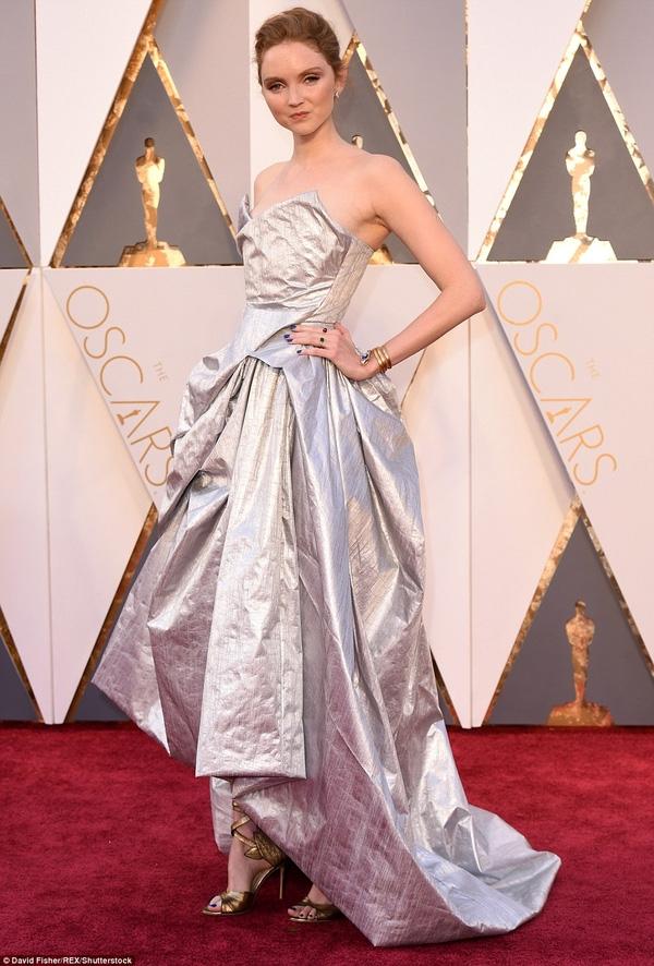 Đố bạn cóthể tìm được bộ váy nhàu nhĩ hơn của Lily Cole!