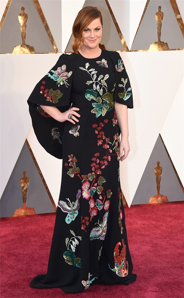Sử dụng họa tiết màu sắc trên nền vải đen là một lựa chọn hoàn toàn đúng đắn. Tuy nhiên, công thức này lại không có tác dụng trên bộ váy của Amy Poehler. Loạt họa tiết kém tinh tế khiến bộ váy không có điểm nhấn và trông quê mùa hẳn.