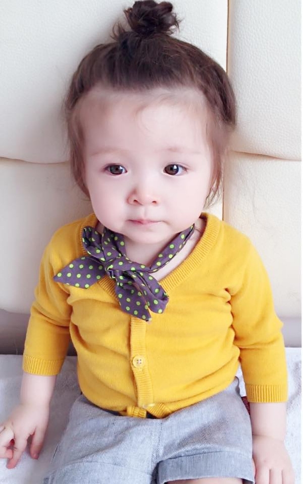 Tóc búi củ tỏi là kiểu tóc được mẹ Elly lựa chọn nhiều nhất cho Cadie Mộc Trà. - Tin sao Viet - Tin tuc sao Viet - Scandal sao Viet - Tin tuc cua Sao - Tin cua Sao