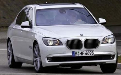 Siêu xe BMW7 là món quà mà đức vua Bollywood Shahrukh Khan tặng bạn thân.