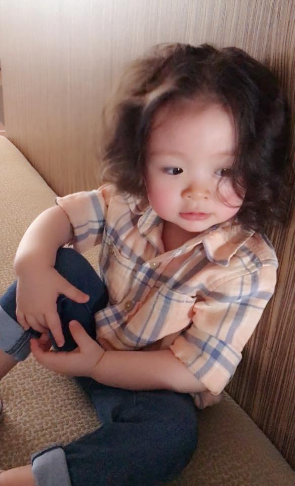 Mái tóc xoăn tít của Cadie càng ngắm nhìn thì lại càng yêu thích. - Tin sao Viet - Tin tuc sao Viet - Scandal sao Viet - Tin tuc cua Sao - Tin cua Sao