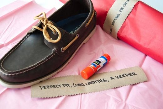 Tặng giày là để ra đi? (Ảnh: Internet)