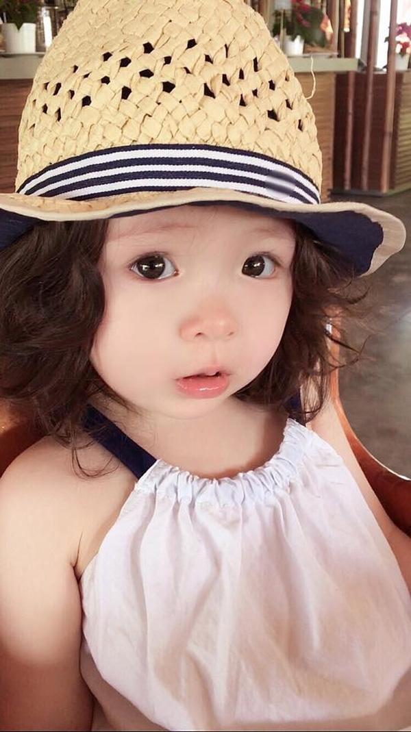 Đội thêm chiếc mũ rộng vành nhỏ xinh mái tóc xoăn để xoã của Cadie càng thêm đáng yêu và nhí nhảnh hơn. - Tin sao Viet - Tin tuc sao Viet - Scandal sao Viet - Tin tuc cua Sao - Tin cua Sao