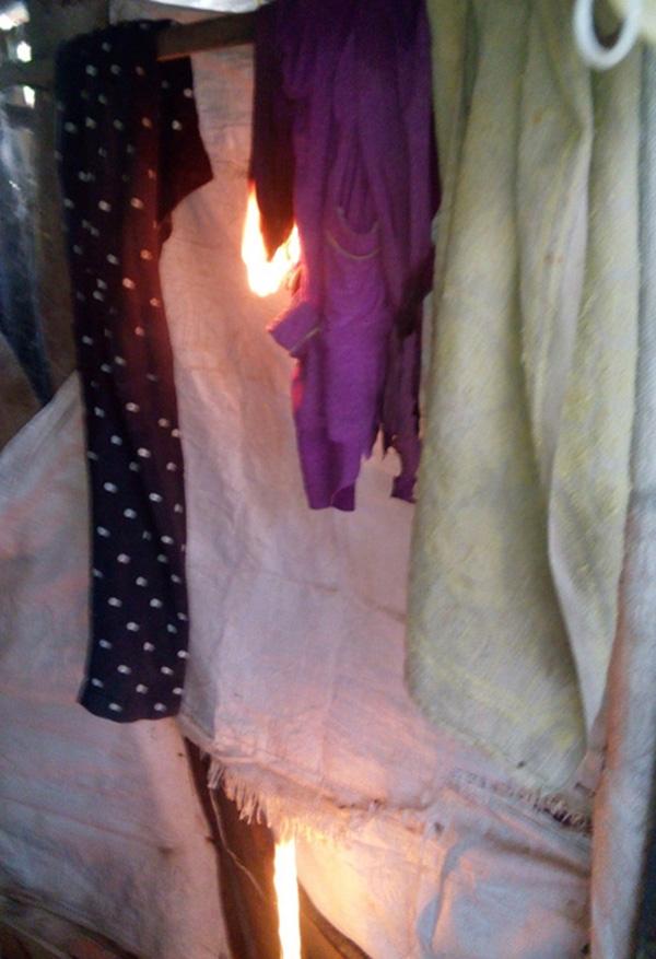 Quần áo trong nhàtự bốc cháy. (Ảnh: Internet)