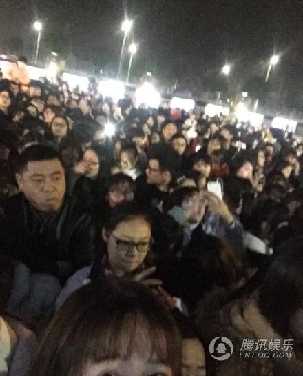 Fan đông chặn đường, Luhan ngồi bệt xuống sân ga ăn vạ