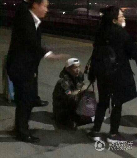 Luhan chán nản, ngồi bệt xuống đất